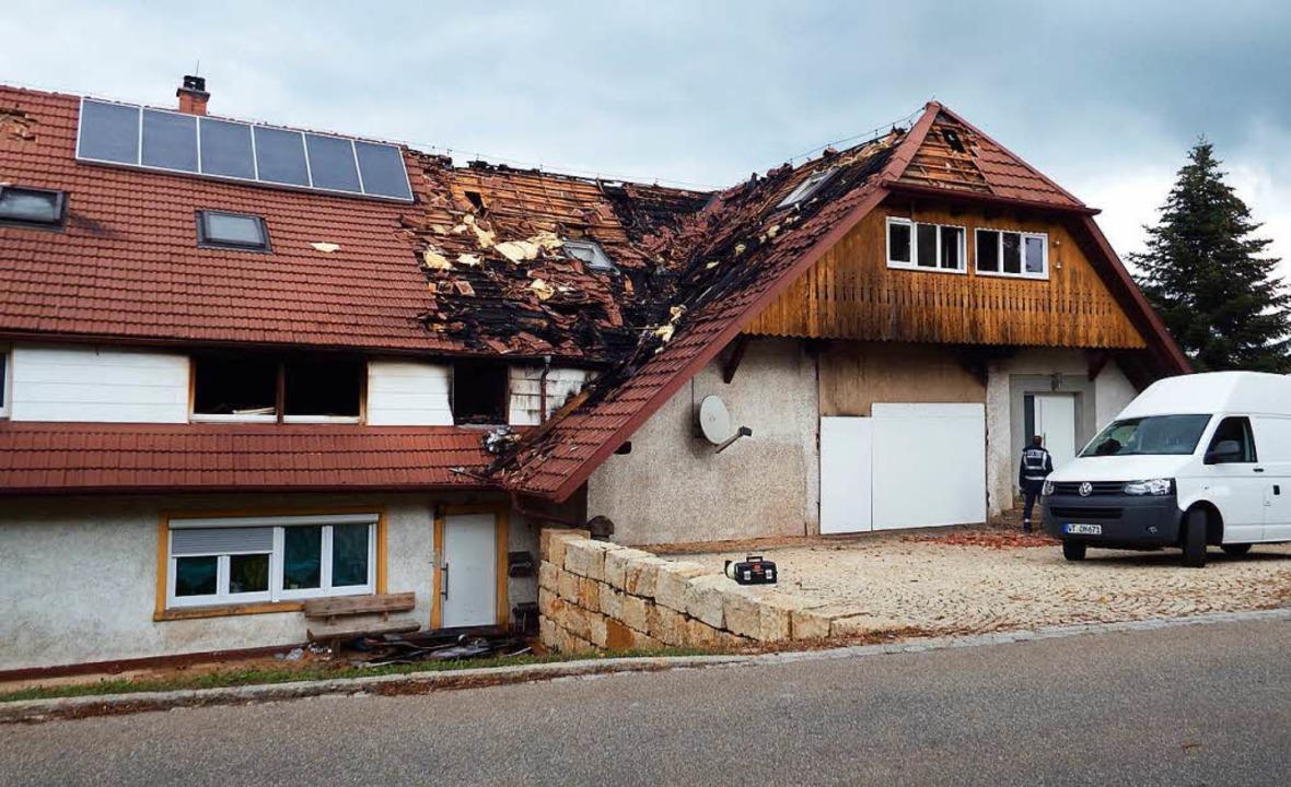 Am Montag  nahmen Sachverständige der ...n Ermittlungen zur  Brandursache auf.   | Foto: Wolfgang Adam