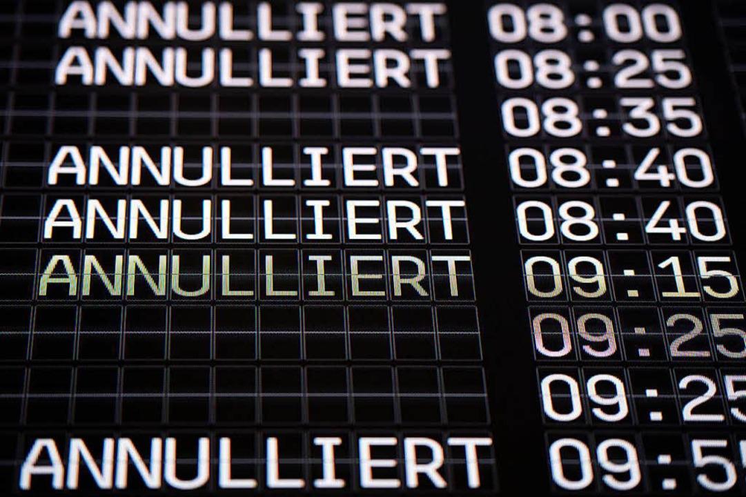Fällt ein Flug aus, stehen Passagieren bis zu 600 Euro Entschädigung zu.  | Foto: dpa