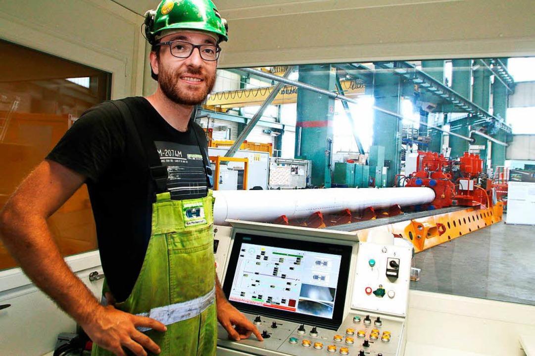 Projektentwickler Tobias Engel am Steuerungspult der E-Power-Pipe  | Foto: Heidi Fößel