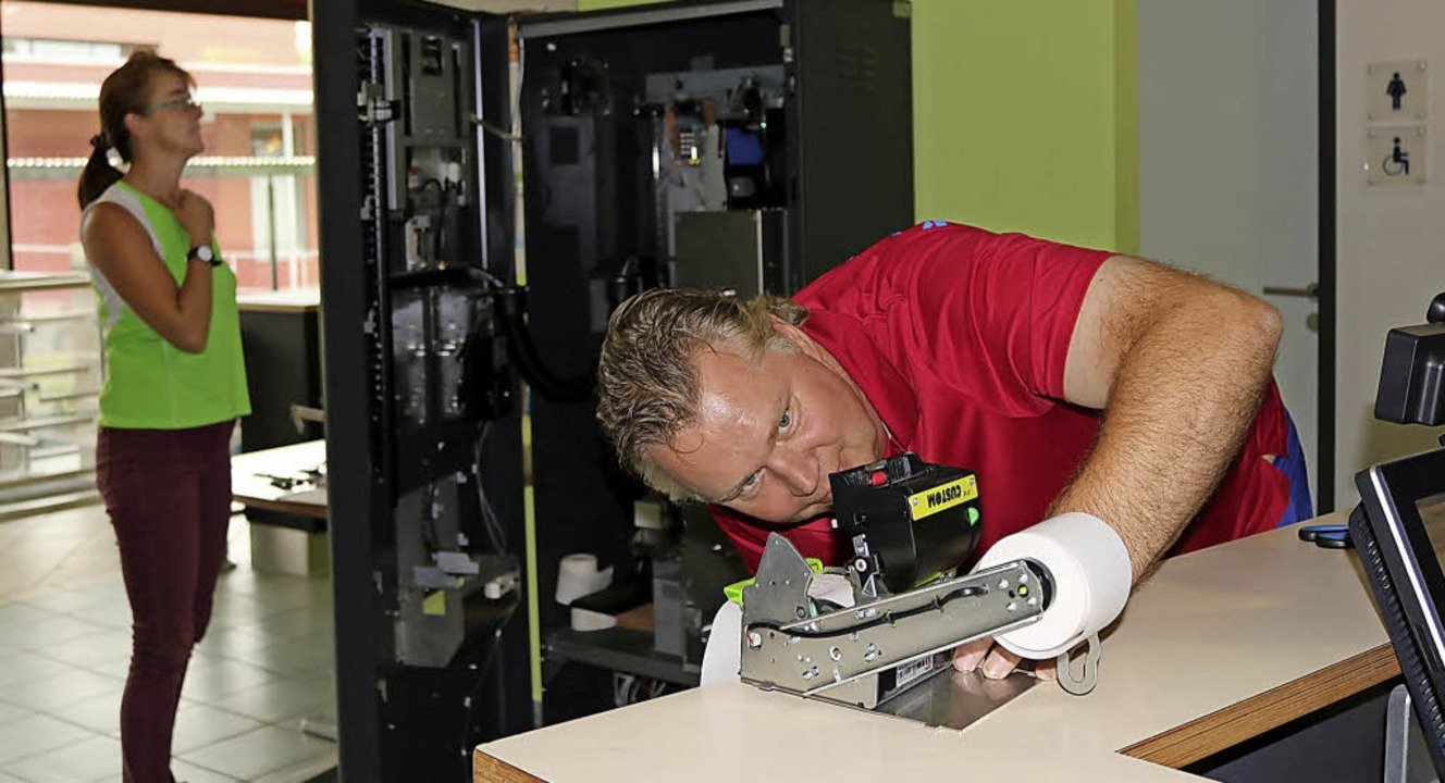 Randolf Möller repariert den Kassenautomaten im Hallenbad Aquari.  | Foto:  Wursthorn, Jens