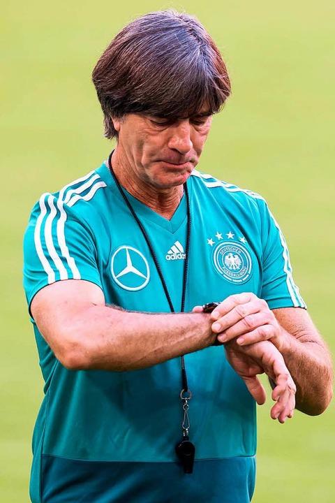 Der Trainer beim Training: Joachim Löw  | Foto: dpa