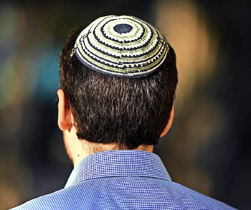 Dieses Mitglied einer  jüdischen Gemeinde trägt eine Kippa auf dem Kopf.   | Foto: dpa