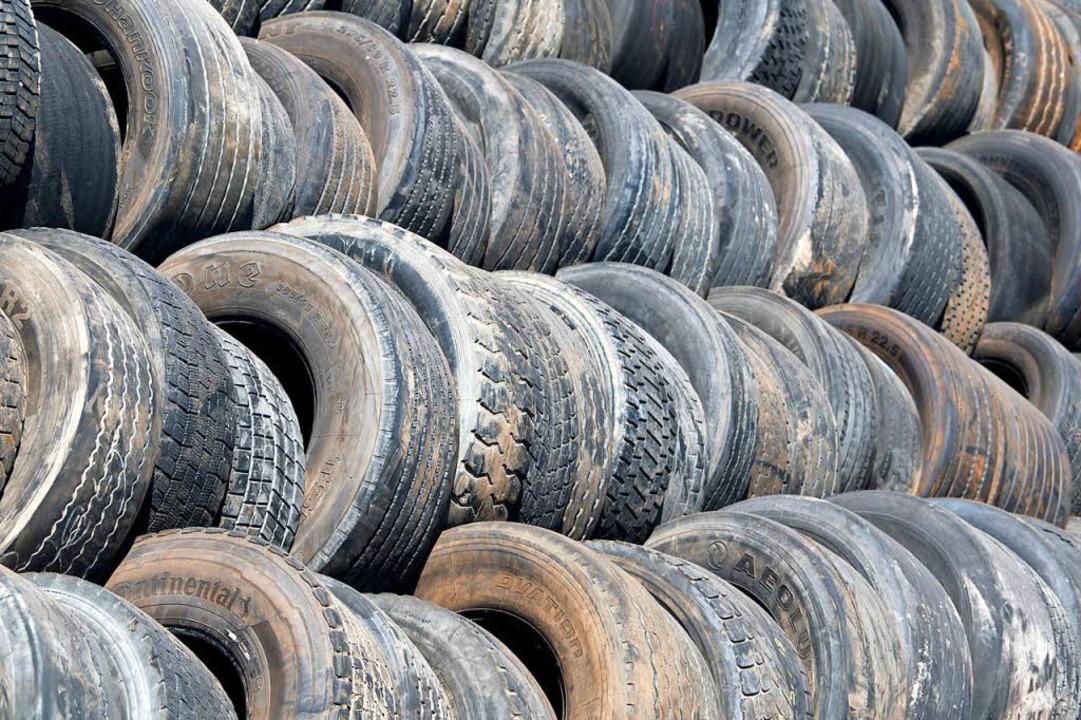 Mikroplastik hat viele Verursacher: zum Beispiel Autoreifen oder Schuhsolen.  | Foto: dpa