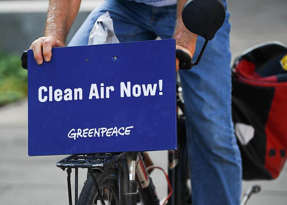 Ein Aktivist der Umweltorganisation Gr...er ein Diesel-Fahrverbot in Frankfurt.  | Foto: dpa