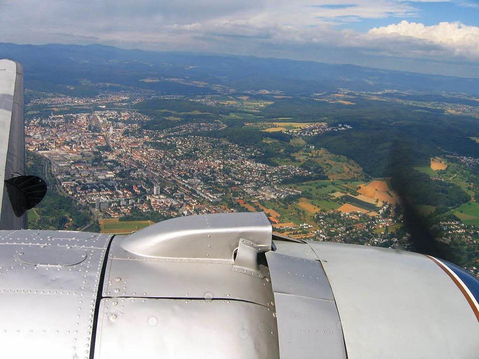 Rundflug: Blick aus einer alten DC-3 aufs Dreiländereck  | Foto: Jürgen Schelling