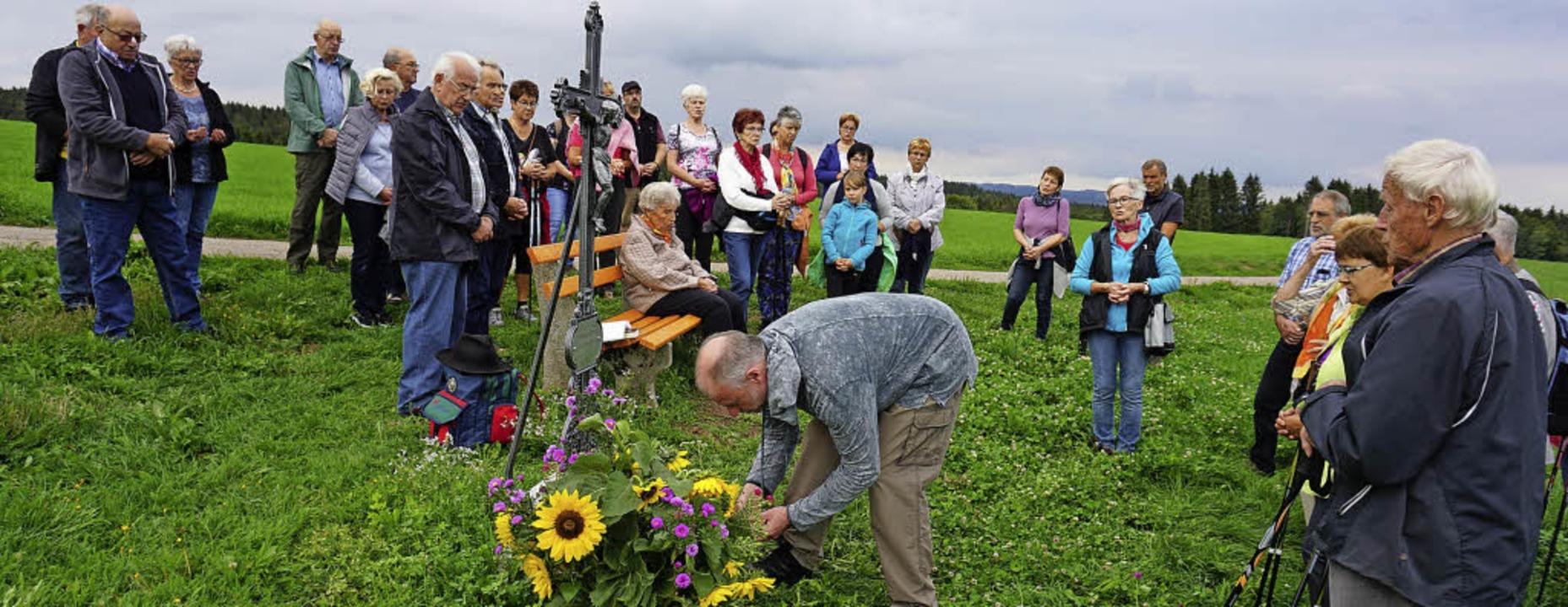 Pfarrer Bernhard Stahlberger segnete d...ng Hogschür und zündete eine Kerze an.  | Foto: Hans-Jürgen Sackmann