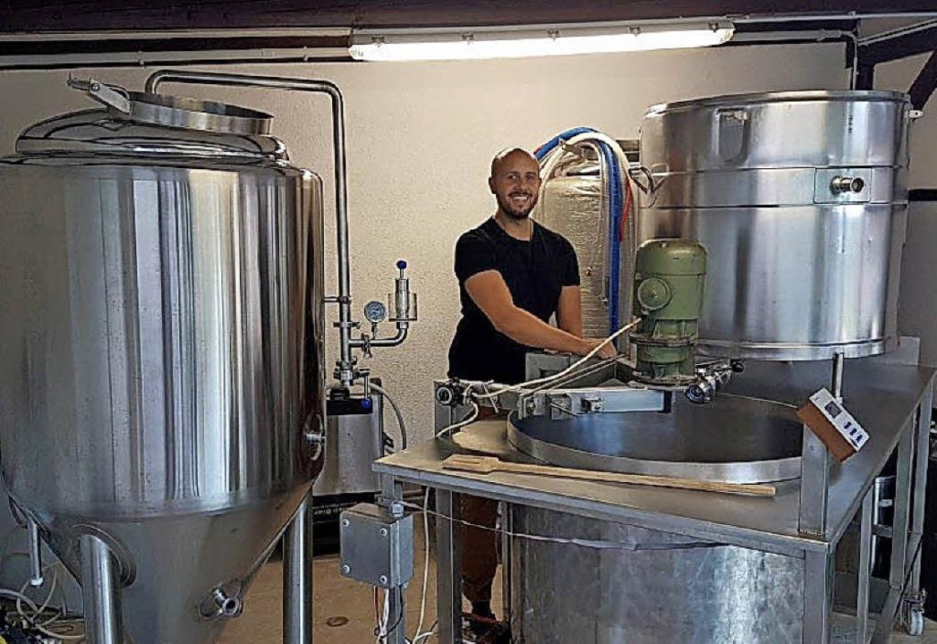 Alles Handarbeit: Sven Wendland in seiner kleinen Brauerei   | Foto: PRIVAT