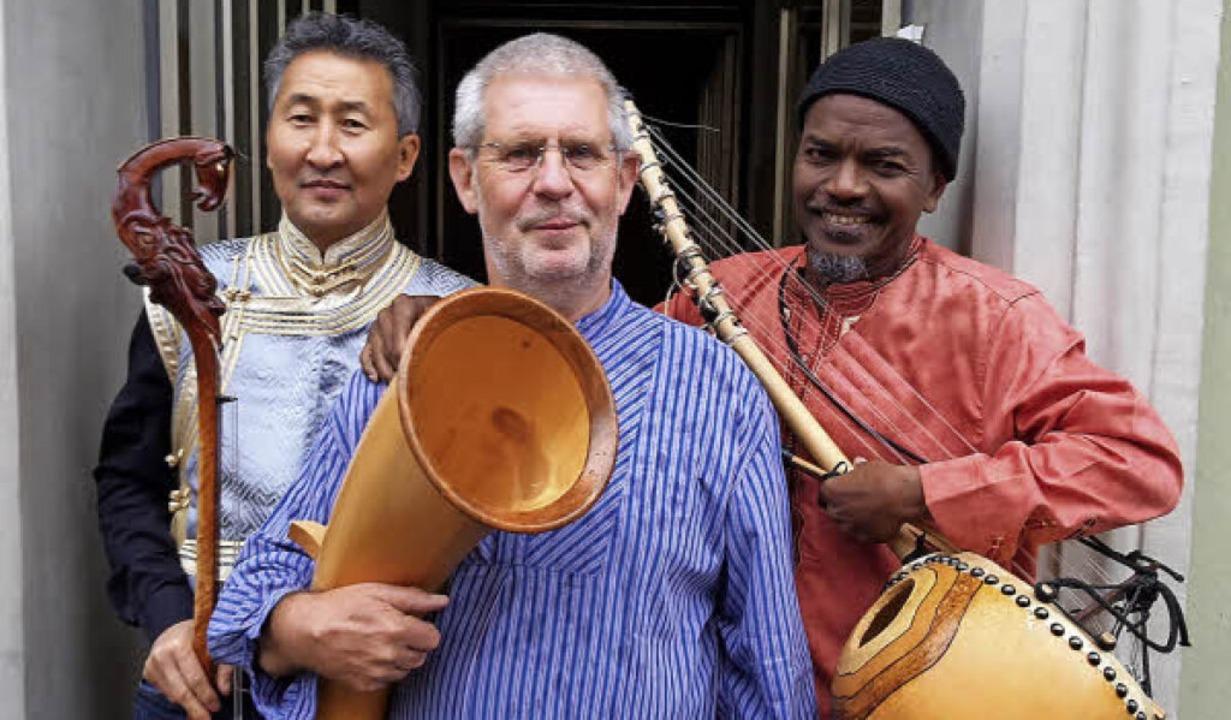 Das Weltmusik-Trio Frapapepi: Enkhjarg...z Schüssele und Pape Dieye (von links)  | Foto: privat