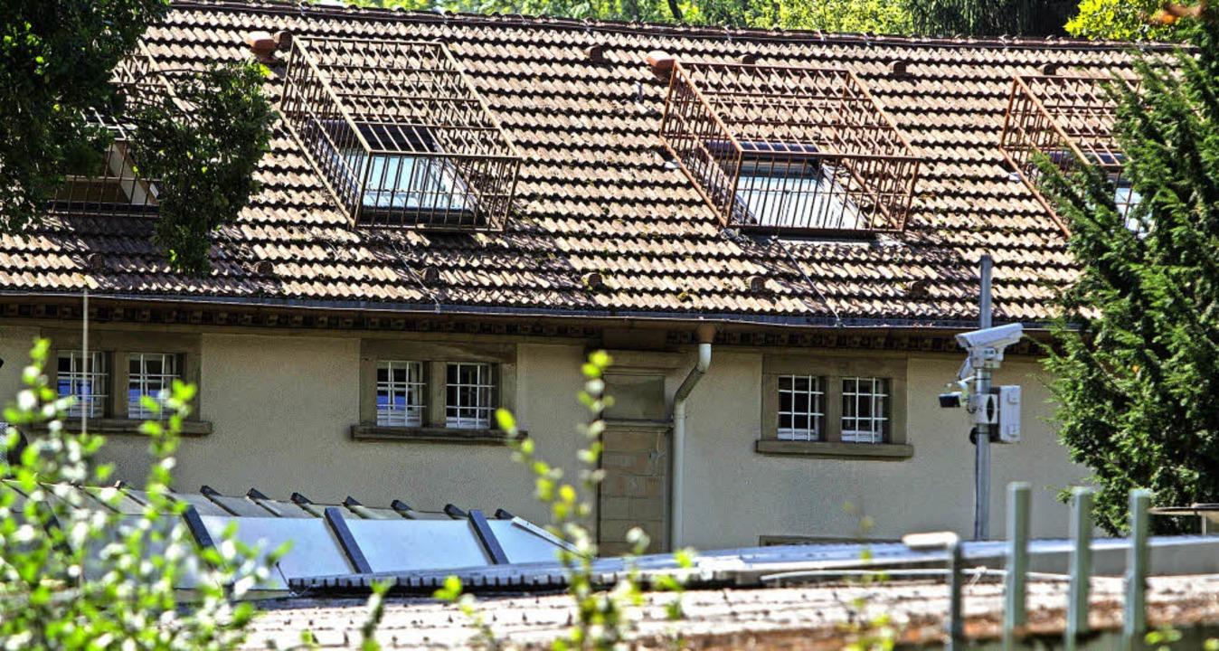 Vergitterte Fenster, Überwachungskamer...iatrie kann wie ein Gefängnis anmuten.  | Foto: Patrik Müller