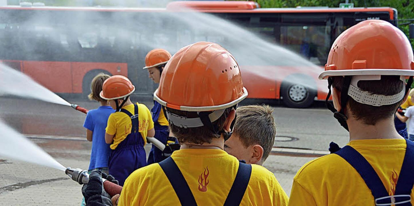 Gleichzeitig aus drei Rohren erfolgte ...e Ferienkinder auch anpacken konnten.     Foto: Gerhard Lück