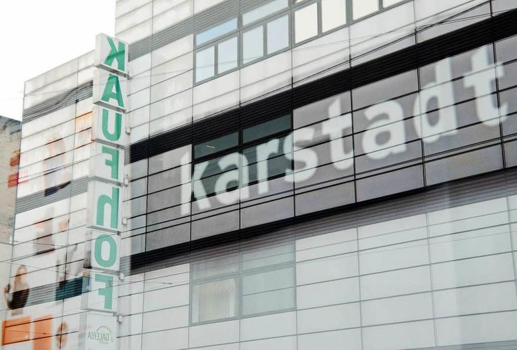 Werden wohl bald zusammengeschlossen: Kaufhof und Karstadt.  | Foto: DPA