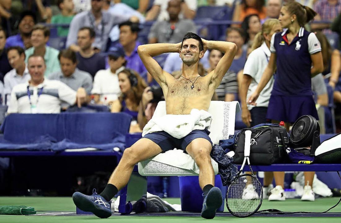 Schwitzend und gut gelaunt: Novak Djokovic   | Foto: AFP