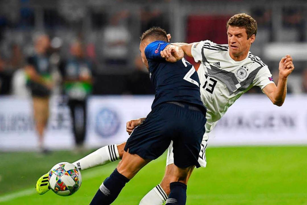 Thomas Müller (r) von Deutschland und Lucas Hernandez   | Foto: dpa