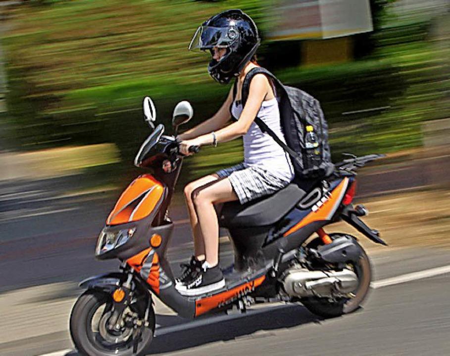 Im Stadtverkehr sind Roller schnell und wendig.   | Foto: dpa
