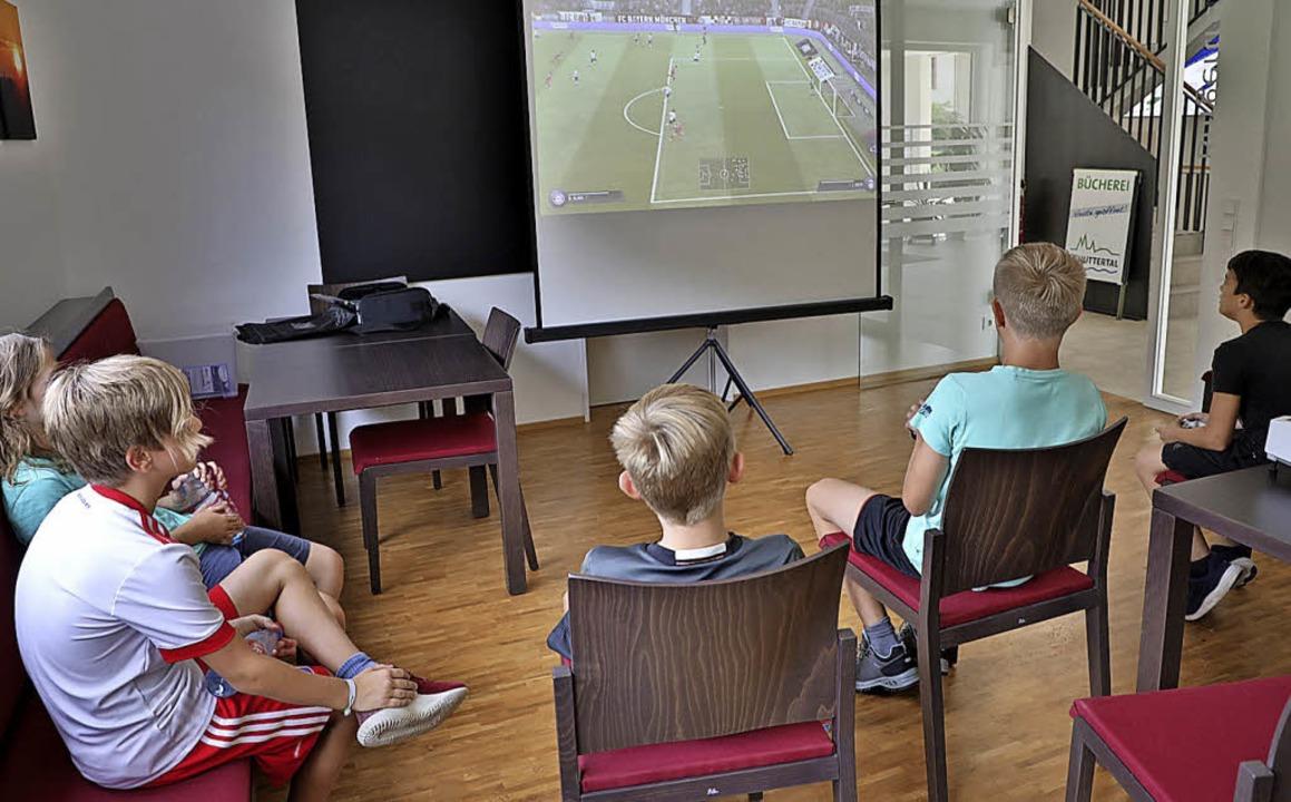 Volle Aufmerksamkeit: Fußballmatch via Playstation   | Foto: Ch. Breithaupt