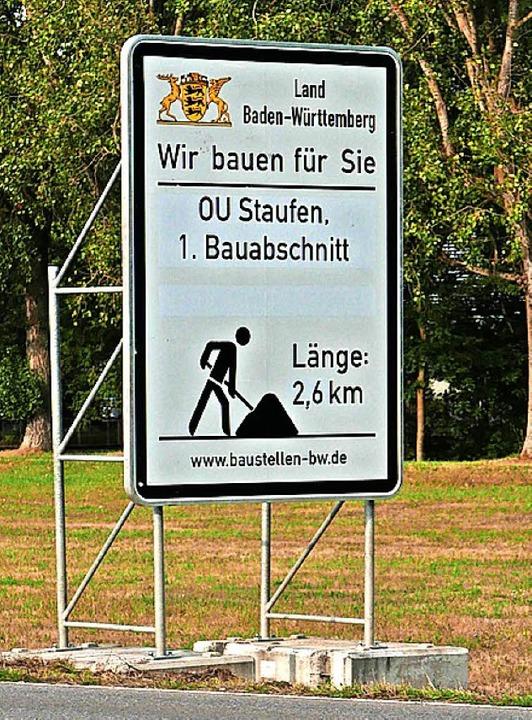Das Hinweisschild und die Umfahrung stoßen nicht nur auf Zustimmung.   | Foto: Hans-Peter Müller