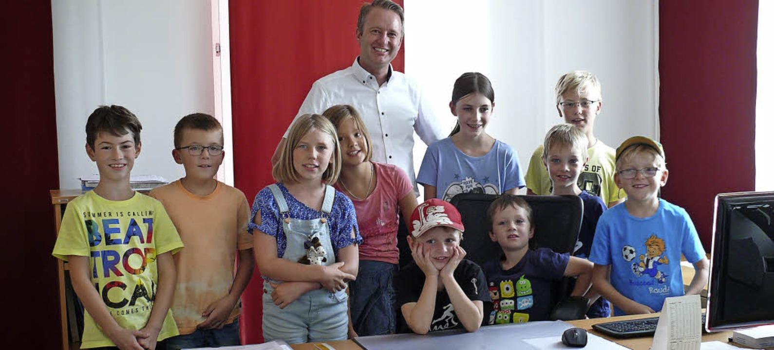 Im Rahmen des Ferienprogramms haben Ki...ms Bürgermeister Pascal Weber besucht.  | Foto: Gemeinde