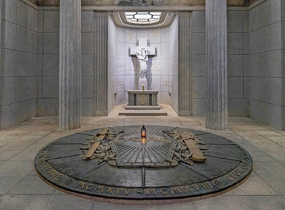 Gedenkort für die Toten der Schlacht a...iler Kopf im Inneren der Gedenkstätte.  | Foto: teli