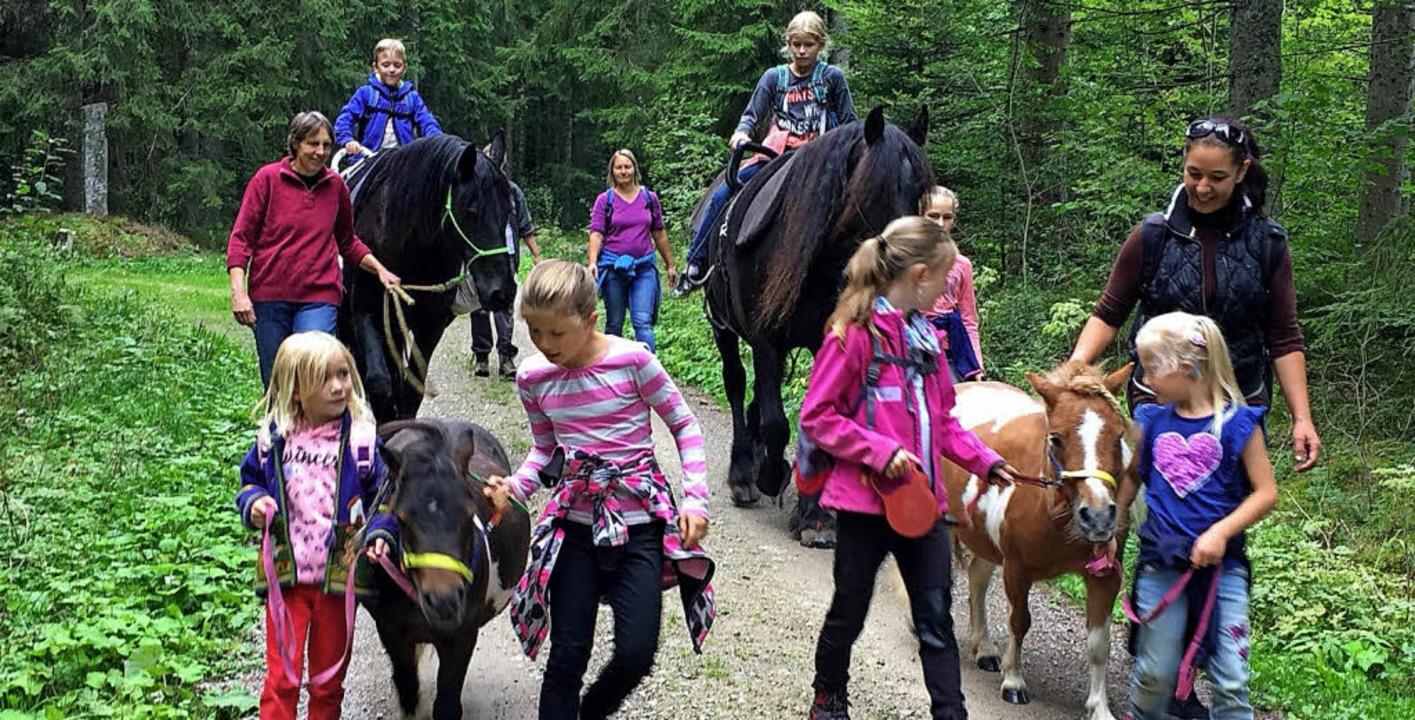 Viel Spaß hatten die Kinder beim tierischen Spaziergang in Ebnet.   | Foto: Kara Tiedemann