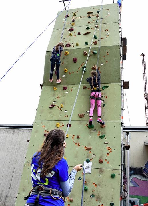 40 Jahre Kinderferienclub der AB-Gemei...Jungen und Mädchen an der Kletterwand.  | Foto: Robert Bergmann