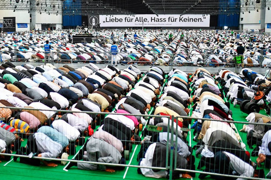 Mitglieder der islamischen Religionsge...im Jamaat (AMJ) beten in der dm-Arena.  | Foto: dpa
