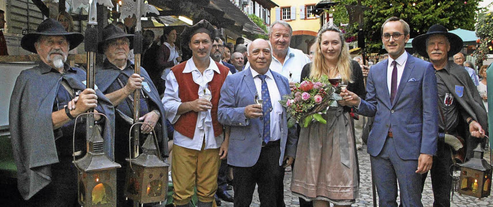 Umrahmt von den Burkheimer Nachtwächte...svertreter Rainer Trogus die Weintage.  | Foto: Herbert Trogus