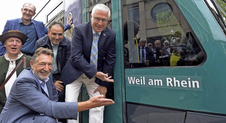Seit dieser Woche fährt eine Straßenba...nd) und Wolfgang Dietz, freut's.  | Foto:  Gartenschläger