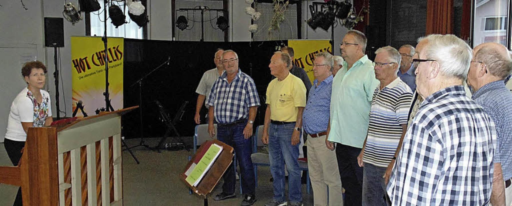 Der Männerchor Wehr und der Gesangvere...on Claudia Moser auf ihr Konzert vor.   | Foto: Michael Gottstein