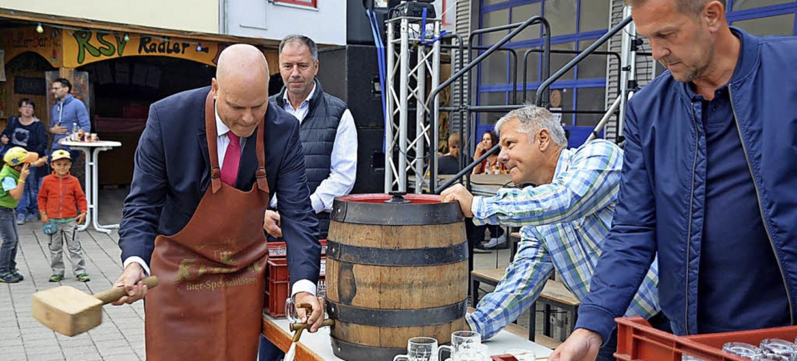 Bürgermeister Jürgen Louis beim Fassanstich   | Foto: Jörg Schimanski