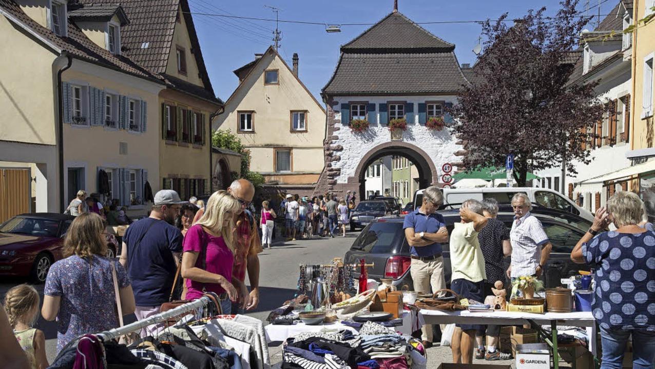Stöbern und feilschen: Der Städtlefloh... Sulzburg war am Sonntag gut besucht.   | Foto: Volker Münch