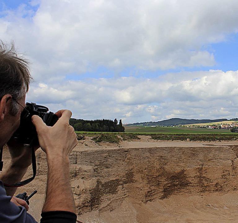 Vom Muldenkipper aus konnten die Besucher beim Kiesabbau zuschauen.  | Foto: Christa Maier