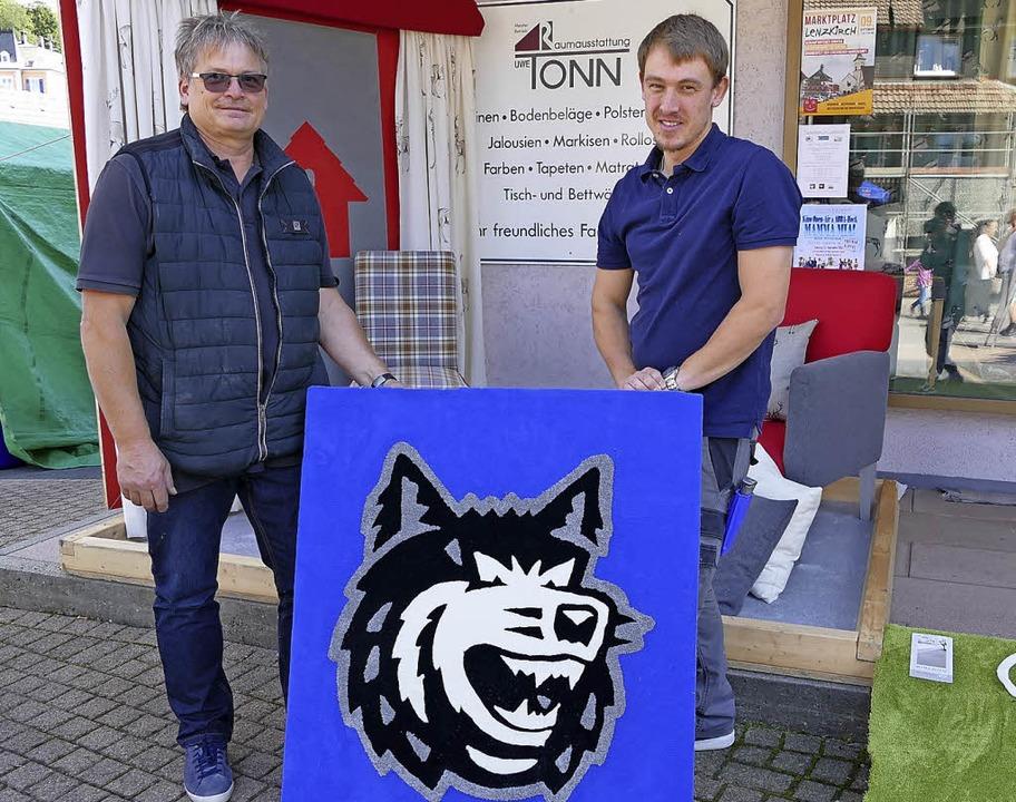 Raumausstatter Uwe Tonn zeigt eine von...ald schneidet Paul die Haare (rechts)   | Foto: Tobias Loibenböck