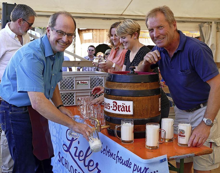 Gekonnt zapfte Bürgermeister Renkert d...Fass an und schenkte das Freibier aus.  | Foto: Julienne Rogg