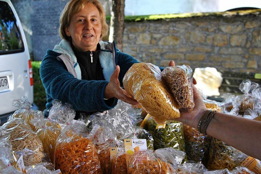 Susanne Hollenweger bietet selbst gemachte Nudeln an.  | Foto: Ralph Fautz