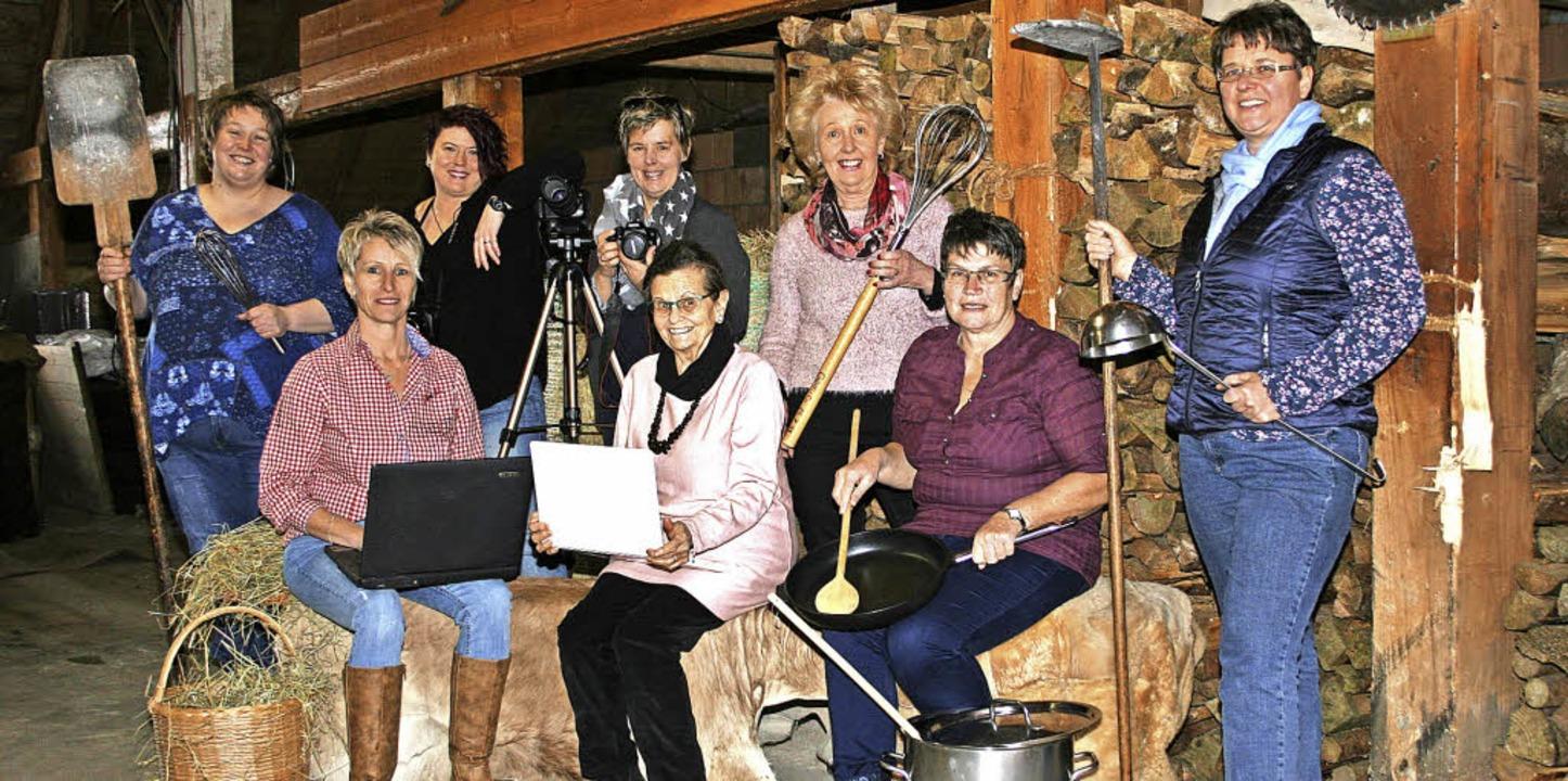 Das Autorenteam des neuen Kochbuchs de...rntedankfest in Ibach vorgestellt wird  | Foto: privat