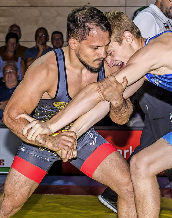 Gegner bald am Wickel: Virgil Munteanu (links) bei seinem RG-Debüt    | Foto: Springmann