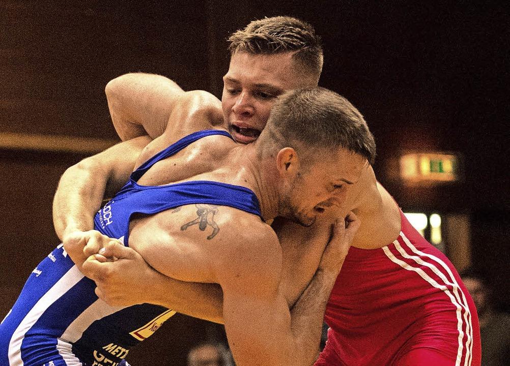 RKG-Ringer Ivan Drobny (rotes Trikot) war bereits zum Saisonstart gut in Form.   | Foto: Archivfoto: Patrick Seeger