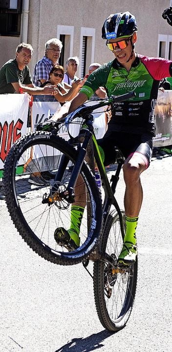 Per Wheelie ins Ziel: Luca Gierke nach 42 Kilometern Anlauf  | Foto: Wolfgang Scheu