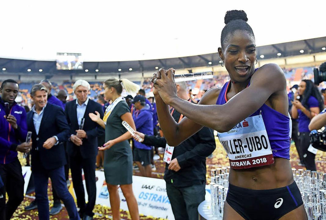 America first: Shaunea Miller-Uibo von...g des amerikanischen Teams  tanzend.    | Foto: AFP