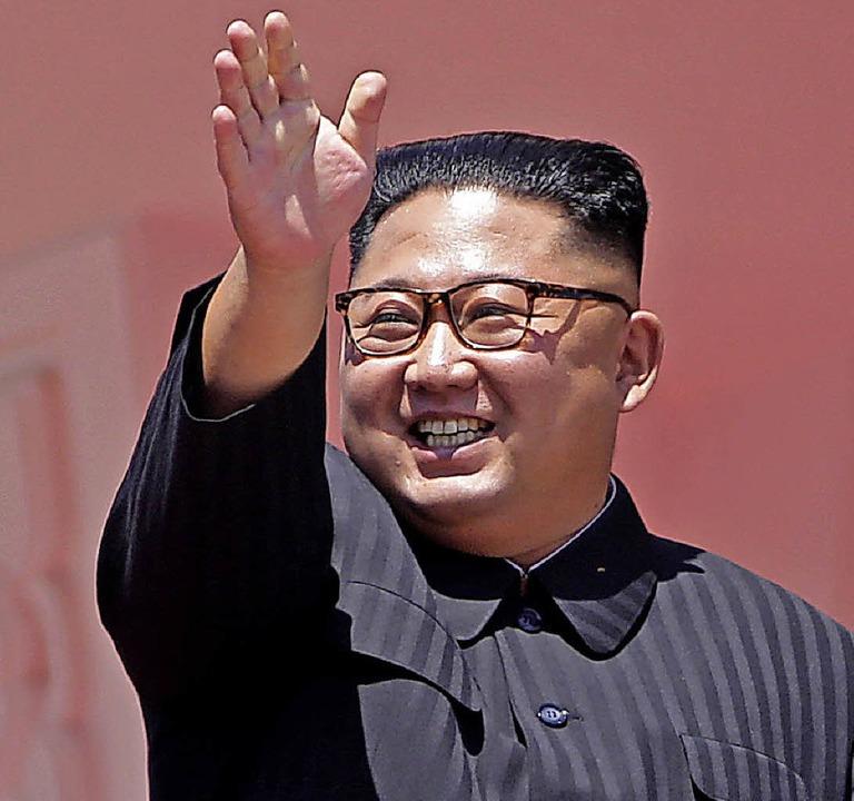 Der nordkoreanische Machthaber Kim Jong-un winkt nach der Militärparade.   | Foto: dpa