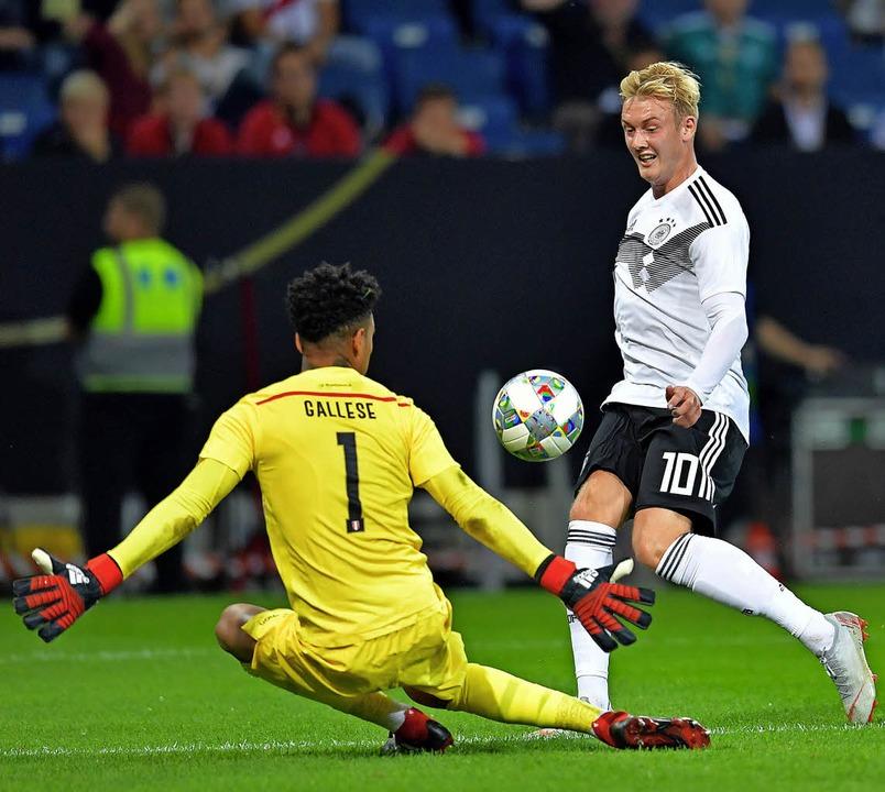 Julian Brandt hebt den Ball über Perus...trifft zum 1:1 für das deutsche Team.   | Foto: dpa