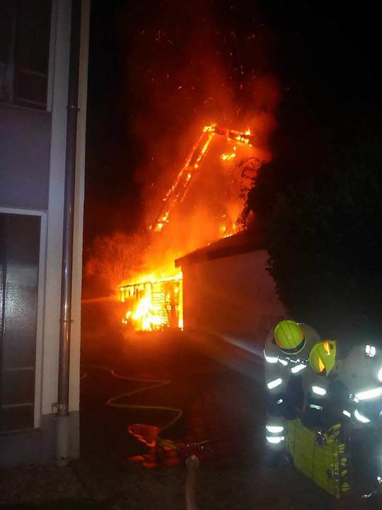 Ein Schuppen an dem Haus in der Vogesenstraße stand lichterloh in Flammen.  | Foto: Polizei