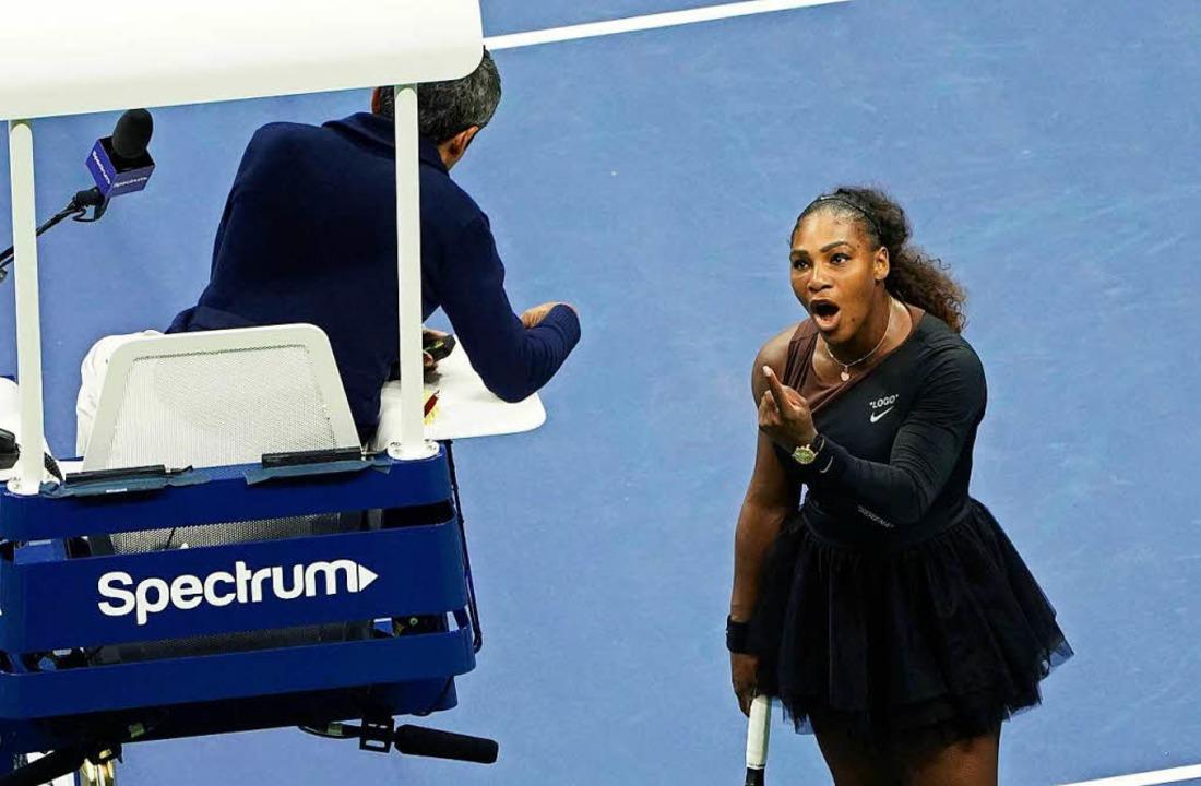 Tennisspielerin Serena Williams streitet mit dem Schiedsrichter.   | Foto: dpa