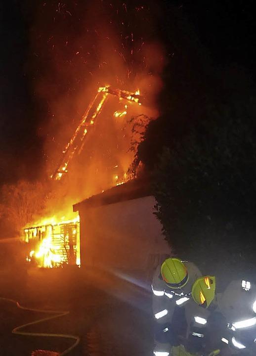 Die Fassade brannte bei Eintreffen der Feuerwehr lichterloh.    Foto: Polizei