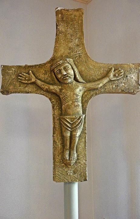 Das Kreuz aus versteinertem Holz  | Foto: Bianca Flier