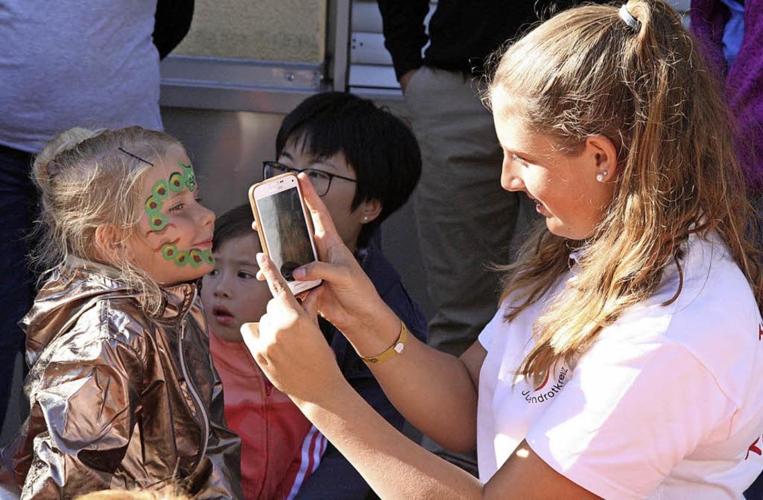 Ein beliebter Treffpunkt beim Hördöpfe...Kinderschminken des Jugendrotkreuzes.   | Foto: Peter Schütz