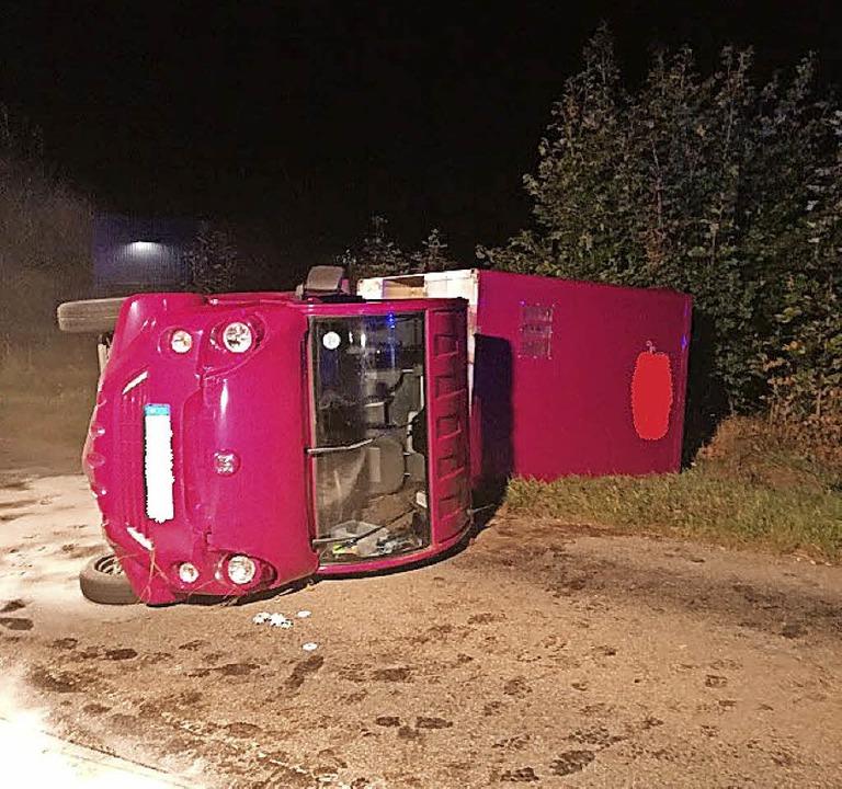 Bei einem Unfall auf der L157 von Roth... ins Schleudern geraten und umgekippt.  | Foto: Olaf Thor
