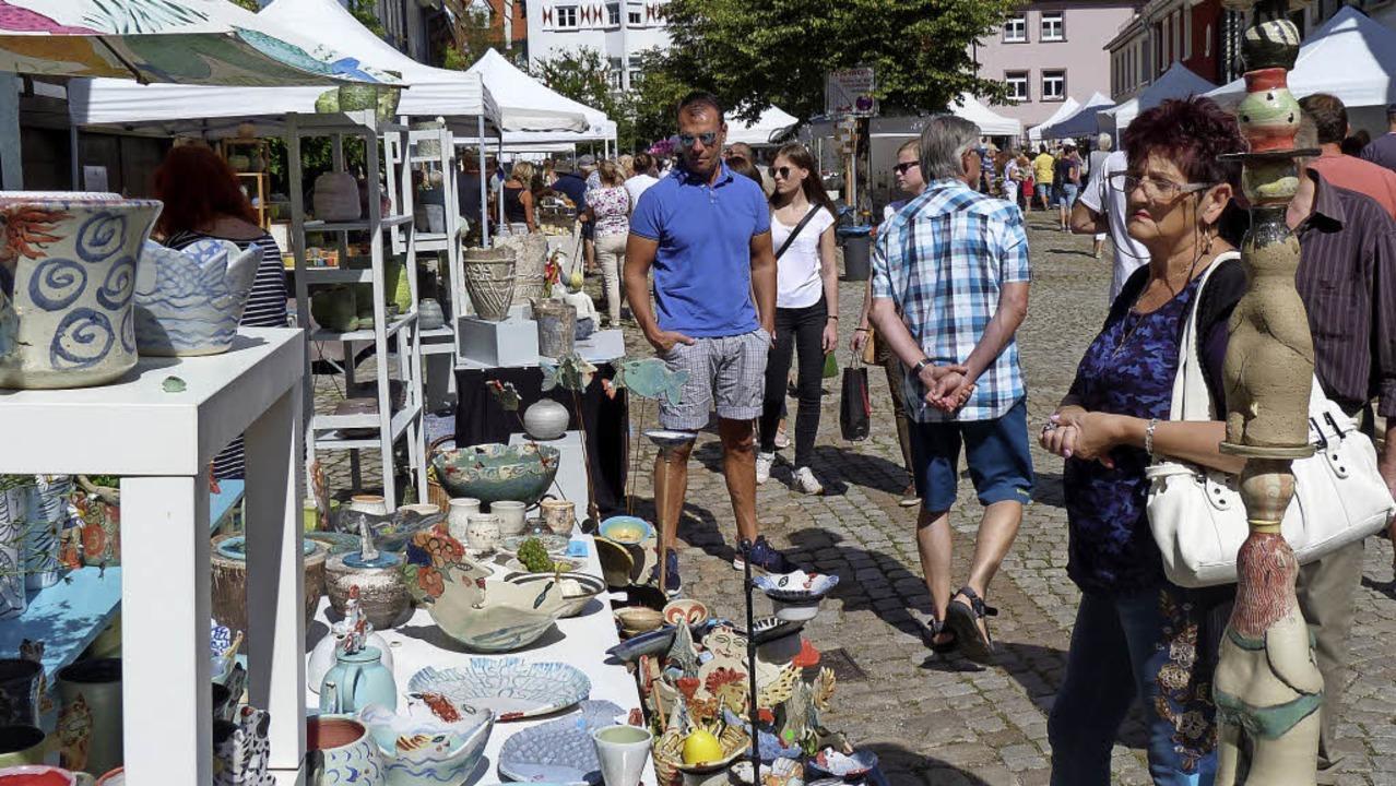 Zwar lockt der Töpfermarkt immer wiede...den Künstlern ein Schwätzchen halten.   | Foto: Gabi Lendle