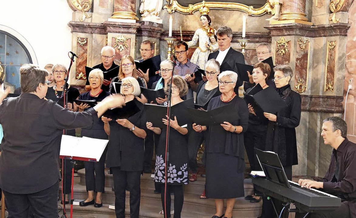 Der Öse-Chor gestaltete den Jubiläumsgottesdienst am Sonntag mit.   | Foto: Herbert Birkle