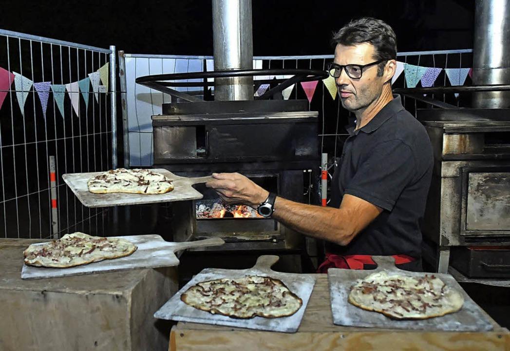 Stephan Dürr hatte am Flammenkuchenofen viel zu tun.      Foto: W. Künstle